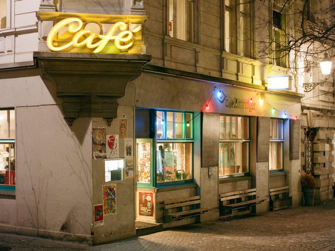 Eingang zum Café Zähringer, Zürich, am Abend